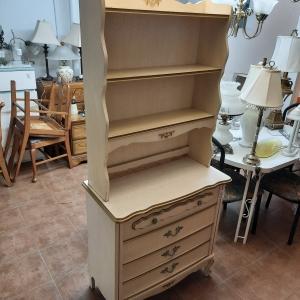 Étagère en bois avec tiroirs